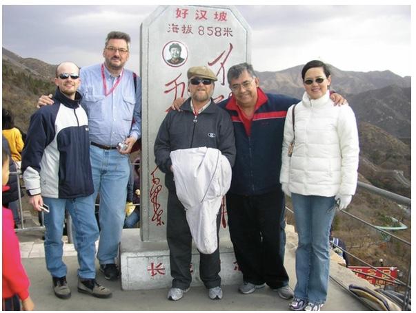 Fernando Schapachnik, Franco Nacarella, Edgardo Schapachnik, Andrés Pérez Riera y Li Zhang. Año 2006. En la Muralla China en el marco del GW-ICC
